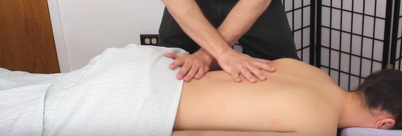 masaje de cliente en clinica del deporte Alicantecon dolor de lumbar